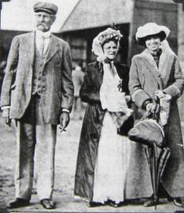Harriet Quimby with her parents, September 1911. Giacinta Koontz