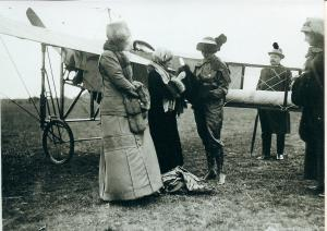 Harriet Quimby 16 April 1912, next to the Blériot monoplane with a 50hp Gnome engine at Whitfield aeropdrome. Giacinta Bradley Koontz.