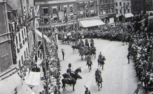 Inauguration of the Earl Beauchamp as the Lord Warden on 18 July 1914 passing through Market Square. Bob Hollingsbee collection
