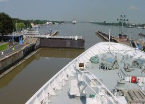 Kiel Canal lock transverse lock gate that slides in and out of a recess to the side of the lock structure